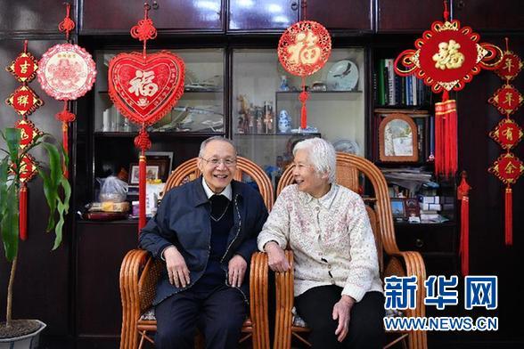 顧誦芬院士與夫人江澤菲在家中。江澤菲曾是中國醫科大學附屬醫院的兒科專家。