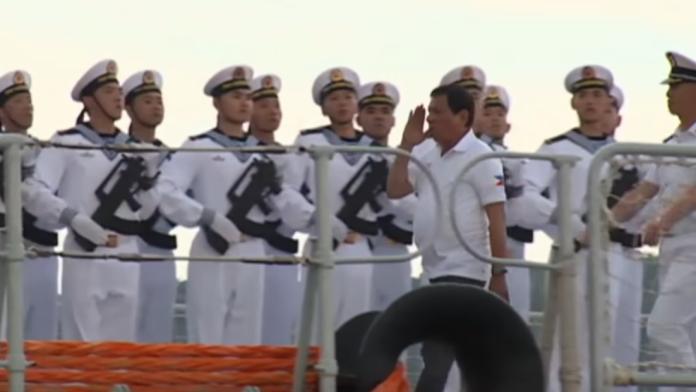 ▲菲律賓總統杜特蒂1日登訪菲中國大陸戰艦,並進行演說。(圖/翻攝自YouTube)