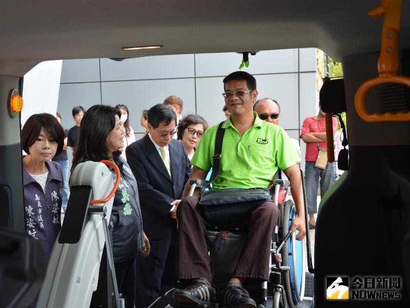 圖說:可遙控全自動輪椅升降機的無障礙計程車。(圖/記者郭政隆攝影2017.5.1)