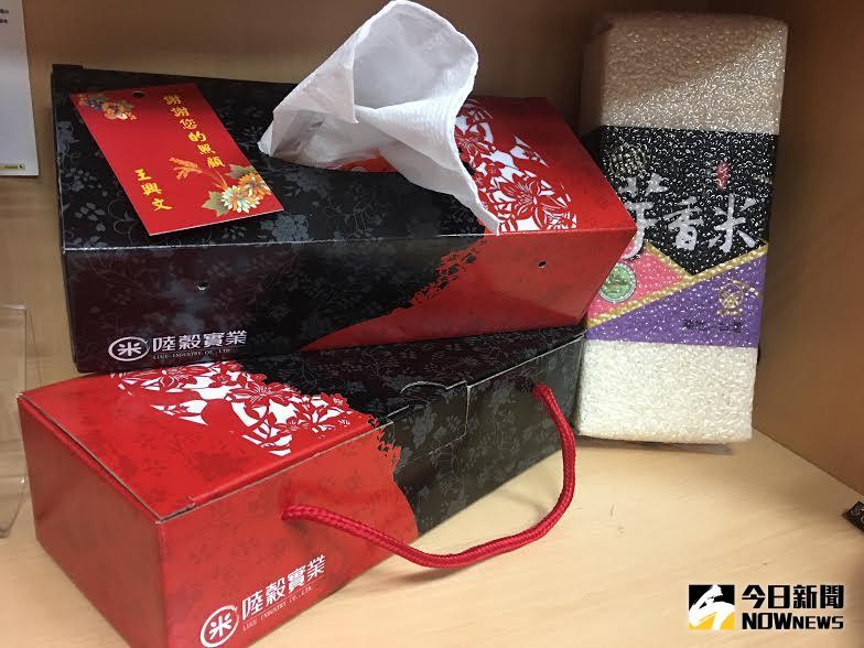 ▲1.5公斤真空包裝芋香米裝在紅美黑大方配色的面紙盒裡。(圖/農委會提供)