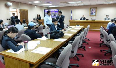 立法院外交委員會3日邀請外交部等11個單位專案報告,但藍委全數缺席,僅5名綠委到場,且一度因為召委江啟臣未到場,無人主持會議,無法宣布散會,直到半小時後,江啟臣到場宣布散會。中央社記者顧荃攝  106年5月3日
