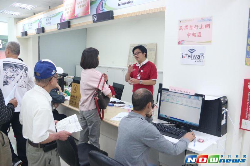 ▲台北國稅局指出,用8大步驟就可輕鬆線上繳稅。(圖/記者林昱均攝,2017.05.01)