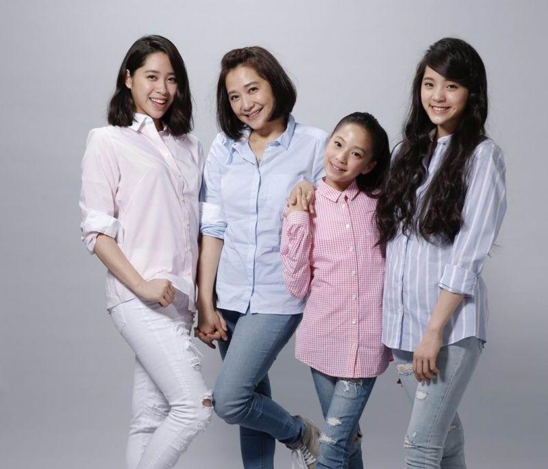 ▲傅娟在三個女兒眼中是個「女超人」,也是他們最愛的媽媽。左起歐陽妮妮、傅娟、歐陽娣娣、歐陽娜娜。(圖/傅娟提供,2017.05.03)