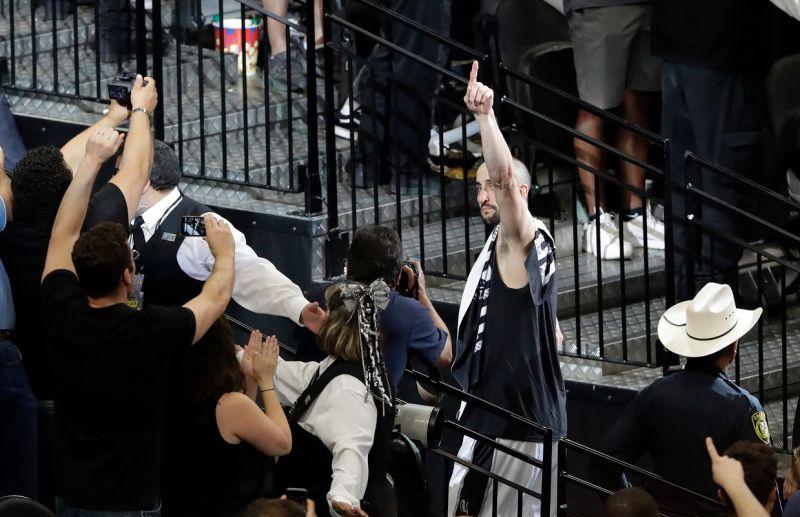 ▲Manu Ginobili離場時向全場球迷致意。(圖/美聯社/達志影像)