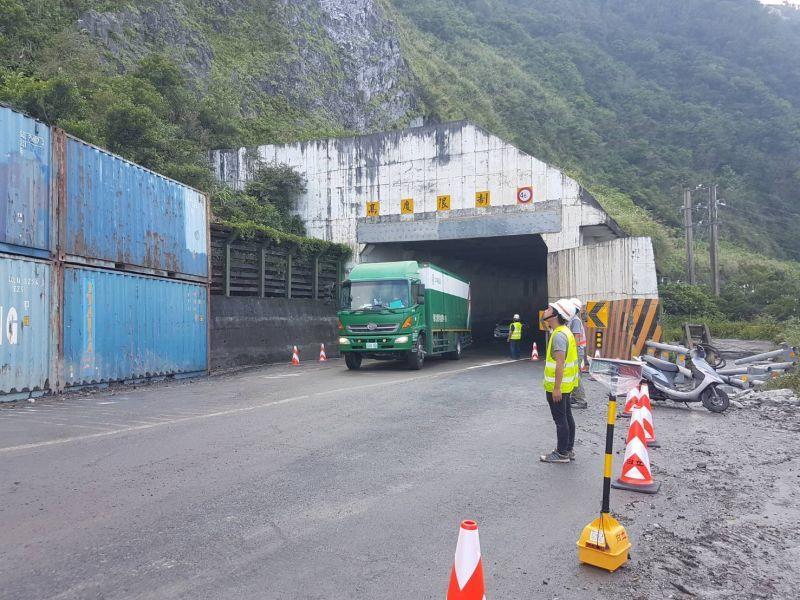 ▲蘇花公路坍方目前已緊急搶通,白天將會開放戒護通行。(圖/公路總局)