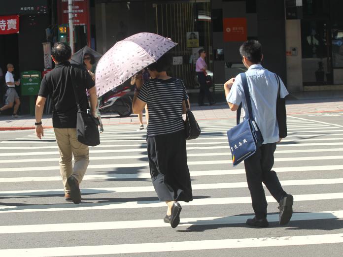 ▲中央氣象局表示,今日全台炎熱高溫,要注意防曬及散熱。(圖/NOWnews資料照)