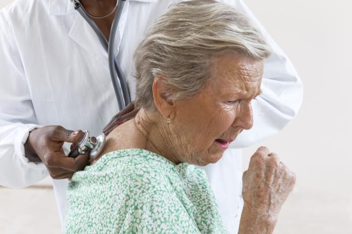 ▲老年人乾咳不能輕忽,俗稱「菜瓜布肺」的特發性肺纖維化,若持續惡化,存活期可能不到一年(圖/資料照片)