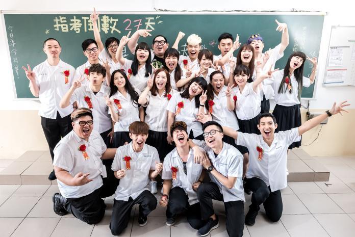 ▲聖結石(金髮)新歌MV找來20多位網紅客串。(圖/上行娛樂提供,2017.06.08)