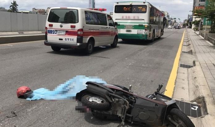 ▲新北市新莊區今日發生機車與公車擦撞的死亡車禍。(圖/社會中心翻攝)