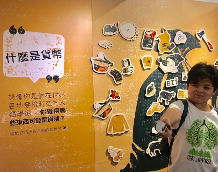 ▲「人類學家的錢包:貨幣的社會生活」特展包含大量體驗式的遊戲設計,如:分類磁鐵板。(圖/中研院提供)