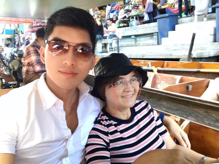 ▲菲國青年漢斯‧艾爾坎薩瑞(左)和母親遊覽泰國水上市場。(圖/翻攝自漢斯‧艾爾坎薩瑞臉書。2017.06.23)