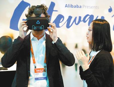 6月21日,在美國底特律舉辦的美國中小企業論壇上,一男子在工作人員指導下體驗虛擬現實網購技術。