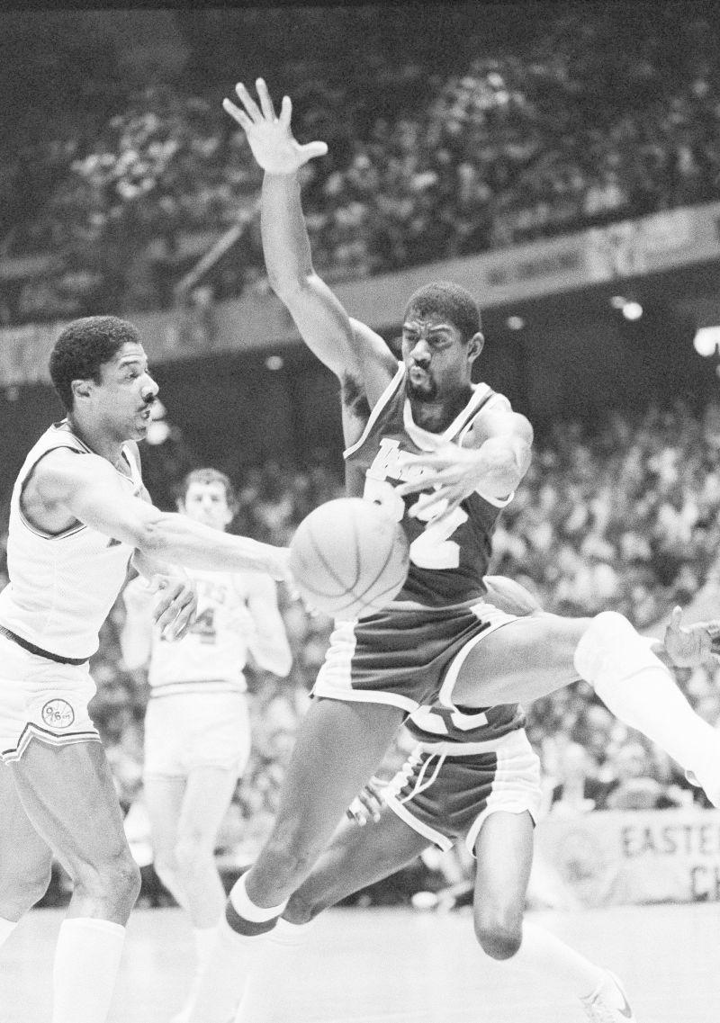 ▲傳奇球星『魔術強森』(右) 和『J博士』(左) 皆表示當年自己的球隊能夠打贏勇士。圖為1983年湖人隊對上76人隊的總冠軍賽。(圖/美聯社/達志影像)
