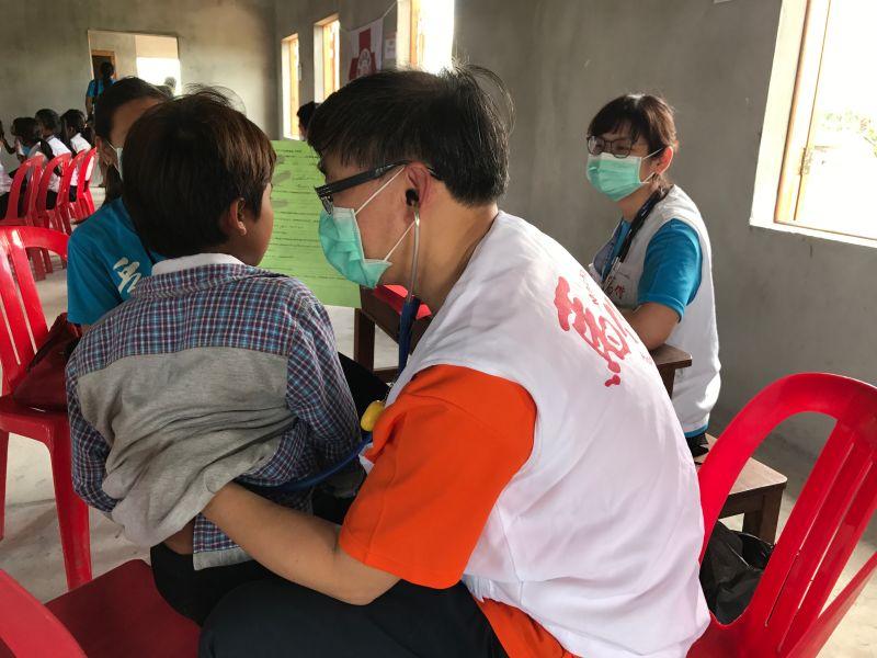 ▲馬偕國際醫療中心組成的醫療團近日再赴柬國,為一千多人次看診。(圖/馬偕醫院提供)