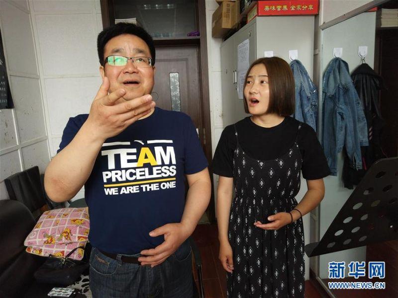 6月6日,長春大學聲樂副教授張卓(左)在為學生示範發聲。