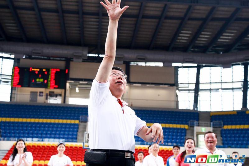 ▲台北市長柯文哲視察臺北和平籃球館,並在現場露了一手投籃技巧。(圖/記者葉政勳攝,2017.6.08)