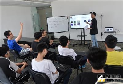 培訓班每天會安排兩堂理論課,由教練講解具體的遊戲角色和操作戰術技巧。