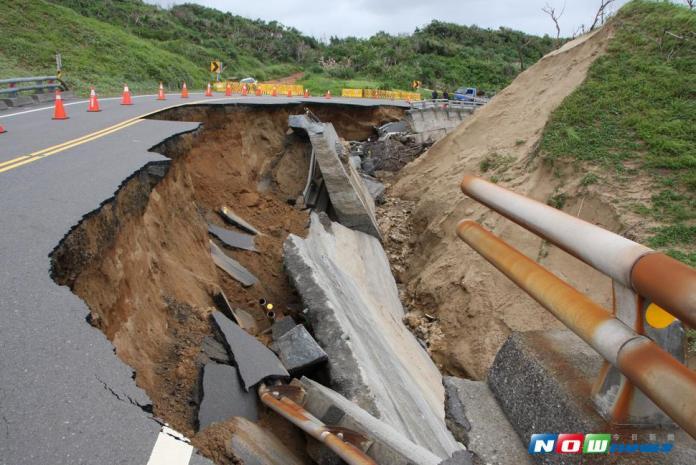 海棠狂炸鵝鑾鼻風吹砂路段大坑洞 最快3個月修護