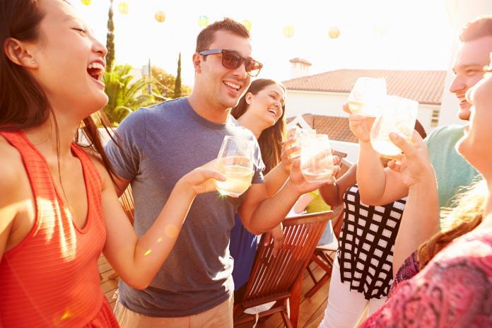 ▲夏季的酷熱高溫,讓人忍不住想來杯冰冰涼涼的啤酒或碳酸飲料。(圖/資料照片)