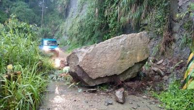 巨石阻下山道路 國軍助9採茶工脫困