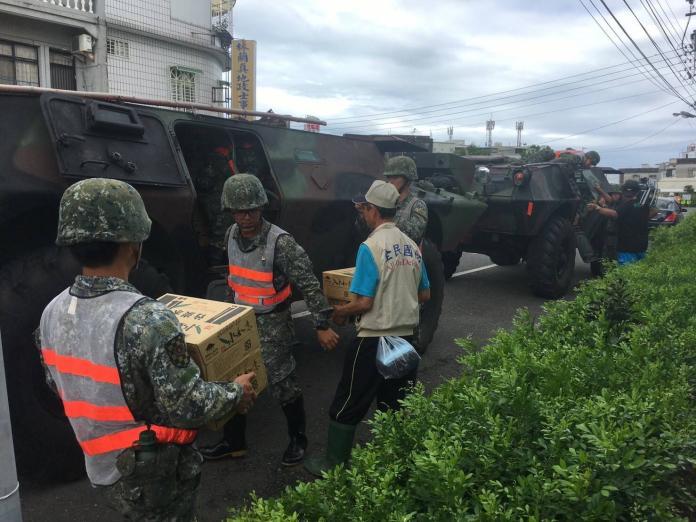雙颱夾擊屏東災情慘重 國軍運送物資至淹水地區