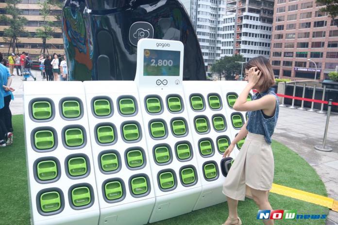 ▲Gogoro與新北市政府合作,在八里公兒四電池交換站配置 2.3 瓩太陽能面板,是全台第 1 座以再生能源提供電力的電池交換站,圖為 Gogoro 電池交換站。(圖/記者林昱均攝 , 2017.05.25)