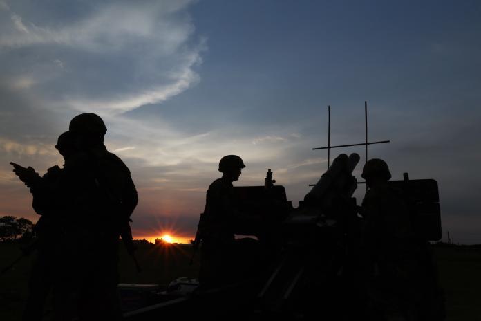 陸軍584旅驚爆疑似細菌性腦膜炎致死的案例,據傳有一名張姓士兵目前因不明原因死亡,陸軍司令部為此緊急召回了全連士官兵進行投藥。圖為584旅基地期末測驗中,實施105榴砲射擊。(圖/軍聞社提供, 2017.7.26)