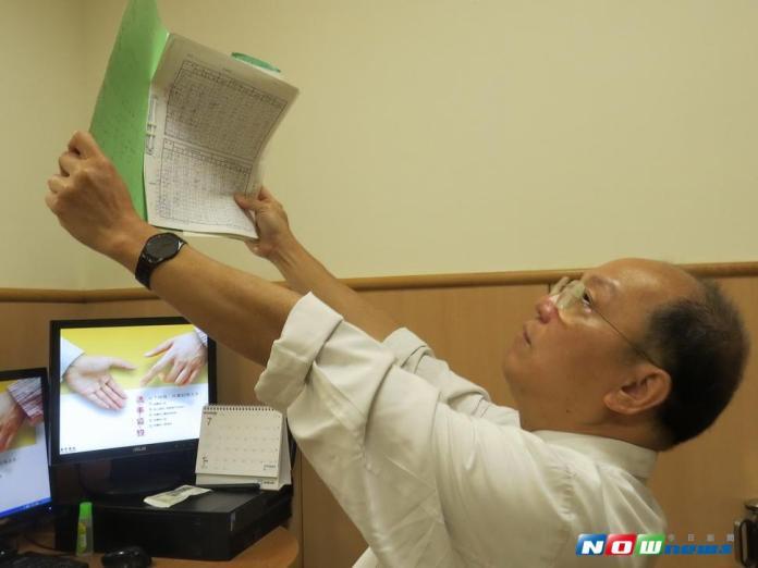 臺中慈濟醫院眼科醫師袁漢良提出護眼保健原則,包括寫字拿筆、看書手伸直。〈圖/記者黃玿琮攝2017.7.25〉
