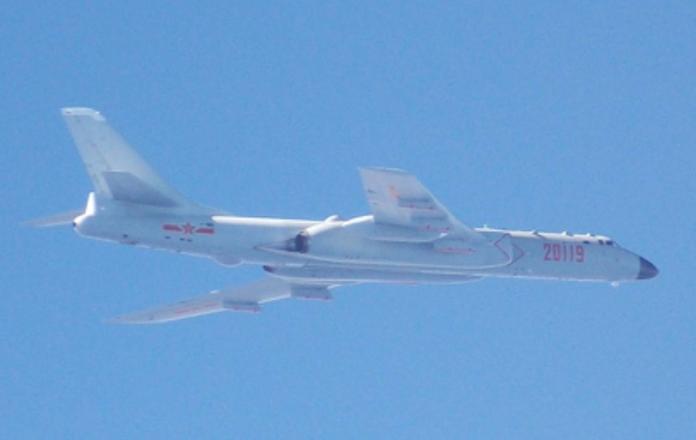 國防部21日公布空軍經國號戰機伴飛監控,所拍攝的共軍轟六照片。(圖/國防部提供 , 2017.7.21)