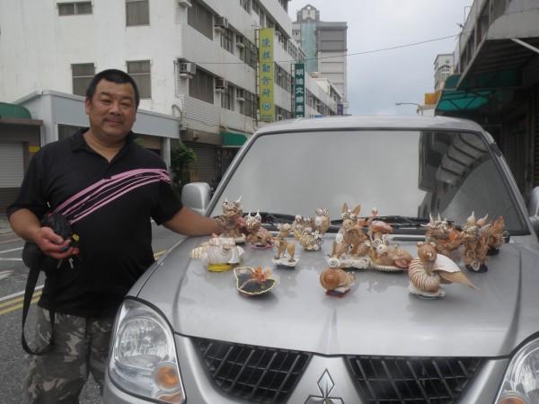 自用休旅車上滿滿的貝殼作品,成為其知名標誌。(圖/趙培鑫提供 , 2017.07 20)