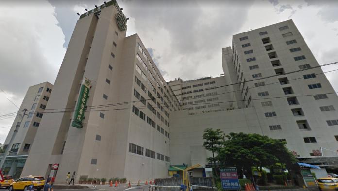 ▲女童被送至亞東醫院檢查後,發現有肋骨斷裂、肝臟破裂、氣胸等狀況。(圖/社會中心翻攝)