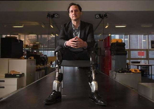 30年前他失去雙腿 要讓人們自願「升級」成生化人