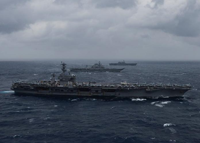 日本海上自衛隊出雲號直升機護衛艦、美軍尼米茲號航艦、印度海軍航艦維克拉馬迪特雅參加2017馬拉巴爾聯合軍演。(圖/美國海軍 , 2017.7.18)