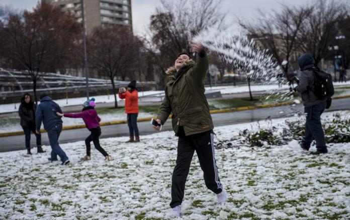 智利首都罕見降<b>大雪</b> 25萬戶停電1死2傷