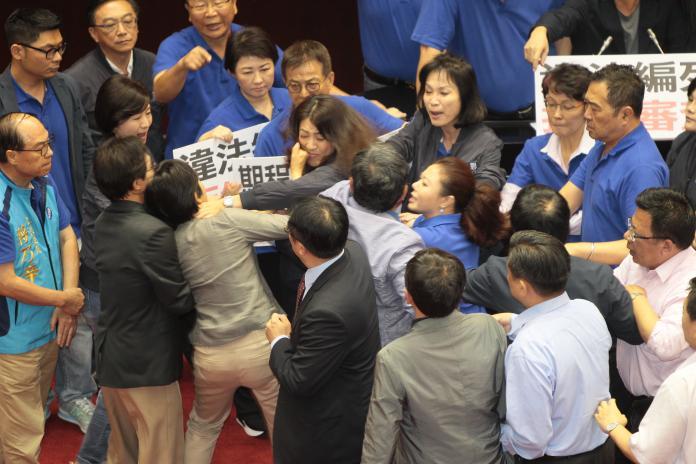立法院針對前瞻預算案召開談話會,藍綠立委爆發肢體衝突。(圖/國民黨團提供,2017.7.13)