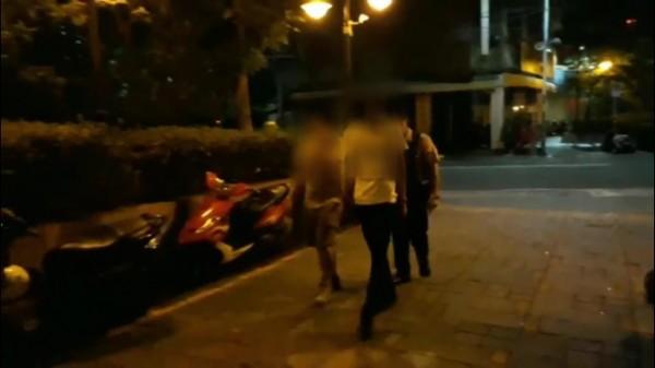 新莊區民樂街11日晚間有人將膠膜綑綁在路中,造成機車騎士險絆倒,13日涉案的2名少年到案說明,稱只是好玩無害人之意。(圖/社會中心翻攝)