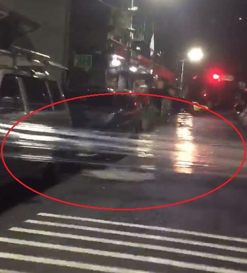 一名機車騎士日前騎車行經新莊區民樂街時,發現一條保鮮膜擋在路中央,相當危險。(圖/翻攝自YouTube)