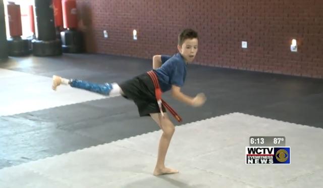 國際暖新聞》9歲男童裝<b>義肢</b> 兩年拿跆拳道黑帶