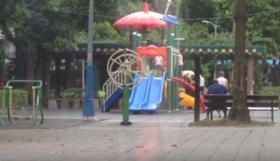 ▲鬼門還沒開,公園轉輪卻不停自轉超毛的。(圖/翻攝自爆廢公社)
