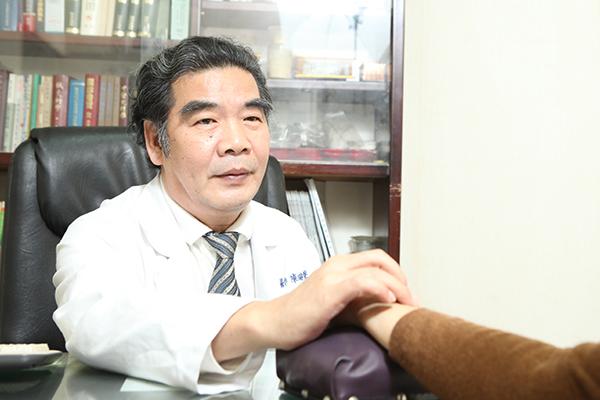 陳瑞聲醫師表示,癌症的病情若要獲得控制,一方面進行西醫化放療殺死癌細胞,另一方面要保護骨髓少受傷害。(圖/正記中醫提供)