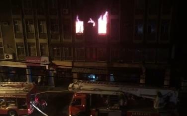 台北市文山區9日凌晨1點多,興隆路上一間公寓3樓驚傳火警,釀成父子1死1傷。(圖/社會中心翻攝)