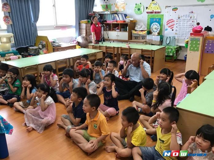 市府客委會主委劉宏基在童玩的客語課中,和小朋友玩打「極樂」\\(陀螺\\),找回童年塵封的回憶。〈圖/記者黃玿琮攝2017.7.6〉