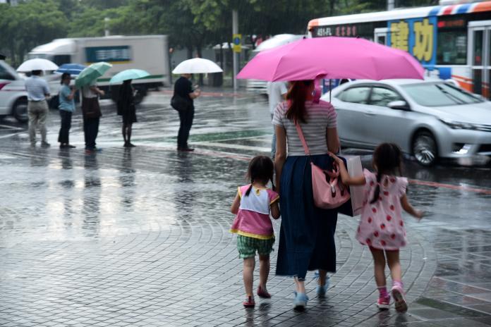 記得帶傘! 外圍環流北上雷陣雨肆虐