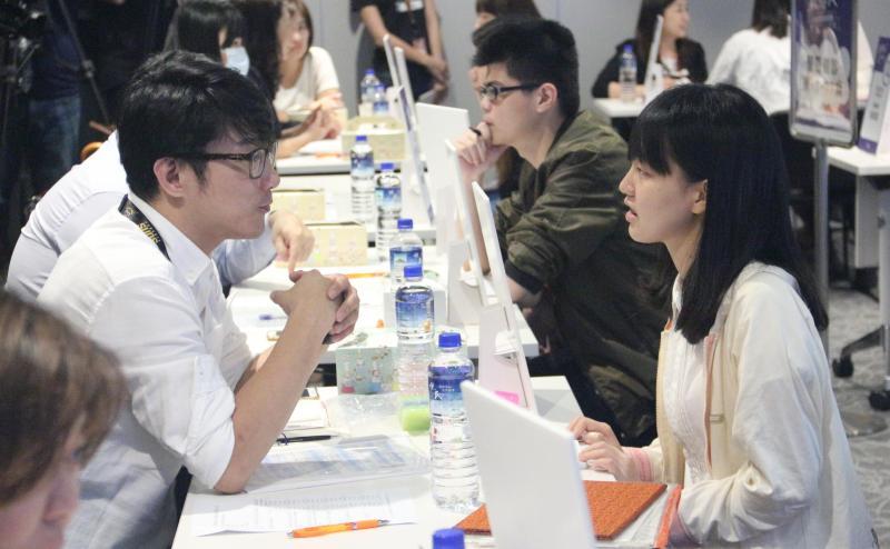 ▲根據 yes123 求職網統計,高達 8 成 8 的大學生計畫暑期打工,圖為大學生與企業聯合面試。(圖/NOWnews資料照)