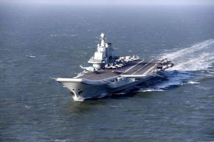 中國大陸海軍遼寧艦在海上使用殲-15戰鬥機進行飛行訓練。