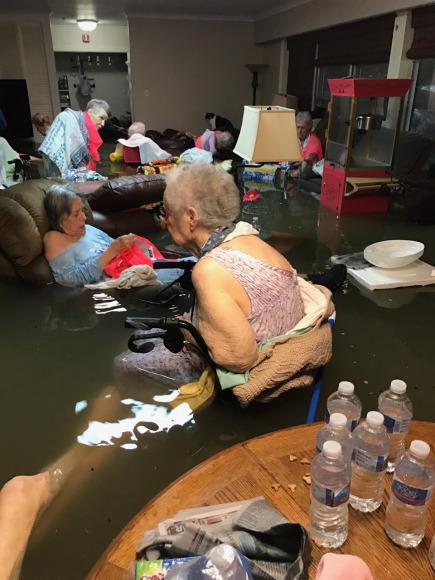 颶風釀洪患 美國<b>療養院</b>老人泡水受困