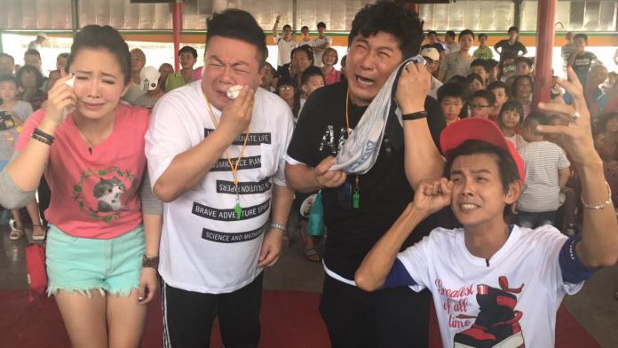 ▲胡瓜(右二)哭哭,苦等14年,《綜藝大集合》終於敲鐘。(圖/民視提供 , 2017.08.24)