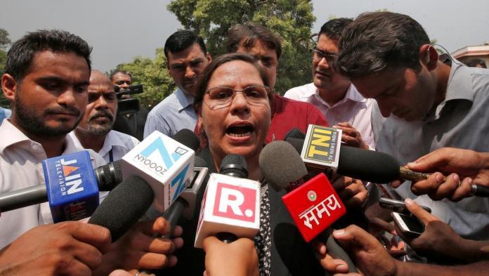 ▲在印度最高法院宣布禁止喊三聲休妻的做法後,一名律師在最高法院外對媒體發表談話。(圖/翻攝自法國國際廣播電台)