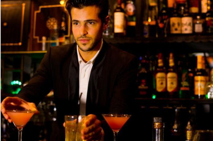 ▲男子控制欲爆棚要酒吧店員當眼線。(圖/翻攝自鏡報)