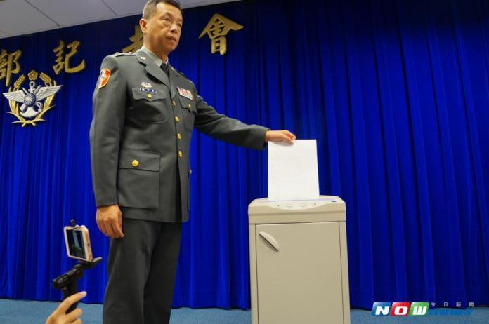 國防部從參謀總長辦公室搬來碎紙機,發言人陳中吉為大家示範碎紙流程。(圖/記者呂炯昌攝影 , 2017.8.1)